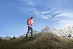 Νέο ασιατικό άτομο με το σακίδιο πλάτης που το βουνό Στοκ φωτογραφία με δικαίωμα ελεύθερης χρήσης