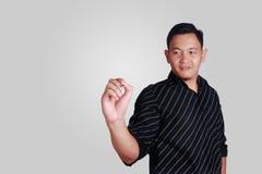Νέο ασιατικό άτομο που γράφει με το δείκτη στο κενό διάστημα αντιγράφων Στοκ φωτογραφία με δικαίωμα ελεύθερης χρήσης