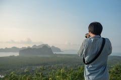 Νέο ασιατικό άτομο που παίρνει τη φωτογραφία του όμορφου τοπίου Στοκ εικόνες με δικαίωμα ελεύθερης χρήσης