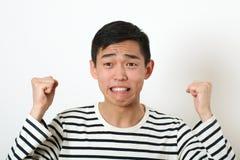 Νέο ασιατικό άτομο Displeased που τινάζει δύο πυγμές Στοκ εικόνα με δικαίωμα ελεύθερης χρήσης
