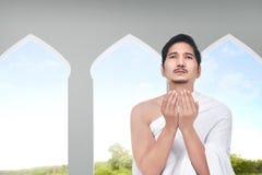 Νέο ασιατικό άτομο hajj με την επίκληση υφασμάτων ihram Στοκ Εικόνες