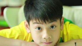 Νέο ασιατικό αγόρι και συγκινήσεις, πορτρέτο του ευτυχούς παιδιού που εξετάζει τη κάμερα απόθεμα βίντεο
