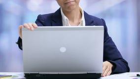 Νέο ασιατικό θηλυκό lap-top ανοίγματος διευθυντών, αρχή της εργάσιμης ημέρας, ζωή γραφείων φιλμ μικρού μήκους
