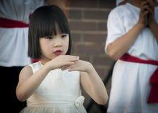 Νέο ασιατικό κορίτσι που εκτελεί τον κινεζικό παραδοσιακό χορό Στοκ Εικόνες