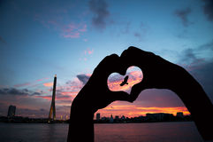 Νέο ασιατικό κορίτσι που κατασκευάζει την καρδιά με τα χέρια Στοκ Εικόνες