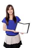 Νέο ασιατικό κορίτσι που κρατά ένα σημειωματάριο, που απομονώνεται στο λευκό Στοκ Εικόνες