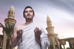 Νέο ασιατικό μουσουλμανικό άτομο που φορά ihram τα ενδύματα Στοκ εικόνα με δικαίωμα ελεύθερης χρήσης