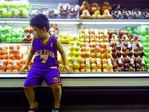 Νέο ασιατικό παιδί μέσα σε ένα παντοπωλείο στοκ φωτογραφία