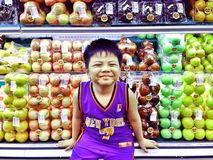 Νέο ασιατικό παιδί μέσα σε ένα παντοπωλείο στοκ εικόνα με δικαίωμα ελεύθερης χρήσης