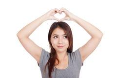 Νέο ασιατικό σημάδι χεριών καρδιών γυναικών gesturing Στοκ Εικόνες