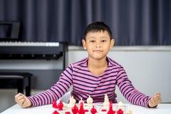 Νέο ασιατικό σκάκι παιχνιδιού αγοριών στο δωμάτιο Στοκ φωτογραφίες με δικαίωμα ελεύθερης χρήσης