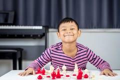 Νέο ασιατικό σκάκι παιχνιδιού αγοριών στο δωμάτιο Στοκ φωτογραφία με δικαίωμα ελεύθερης χρήσης