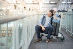 Νέο ασιατικό συναίσθημα ατόμων που εξαντλείται στο τερματικό αερολιμένων Στοκ εικόνα με δικαίωμα ελεύθερης χρήσης
