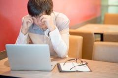 Νέο ασιατικό συναίσθημα ατόμων που τονίζεται κατά τη διάρκεια της εργασίας Στοκ Εικόνα