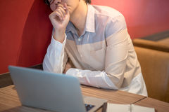 Νέο ασιατικό συναίσθημα ατόμων που τονίζεται κατά τη διάρκεια της εργασίας Στοκ εικόνα με δικαίωμα ελεύθερης χρήσης