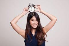 Νέο ασιατικό χαμόγελο γυναικών με ένα ρολόι Στοκ εικόνες με δικαίωμα ελεύθερης χρήσης