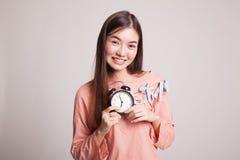 Νέο ασιατικό χαμόγελο γυναικών με ένα ρολόι Στοκ εικόνα με δικαίωμα ελεύθερης χρήσης