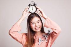 Νέο ασιατικό χαμόγελο γυναικών με ένα ρολόι Στοκ Φωτογραφίες