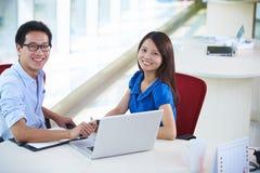 Νέο ασιατικό businesspeople δύο στην αρχή στοκ φωτογραφία