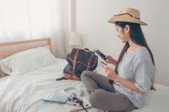 Νέο ασιατικό expeditio διακοπών διακοπών ταξιδιωτικού προγραμματισμού γυναικών Στοκ εικόνες με δικαίωμα ελεύθερης χρήσης
