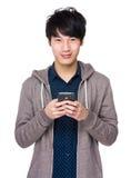 Νέο ασιατικό texting μήνυμα ατόμων στο κινητό τηλέφωνό του Στοκ Εικόνα