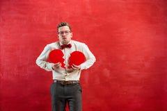Νέο αστείο άτομο με σπασμένη την περίληψη καρδιά Στοκ Φωτογραφίες
