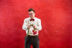 Νέο αστείο άτομο με τη σπασμένη ανθοδέσμη Στοκ Φωτογραφία