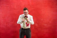 Νέο αστείο άτομο με τη σπασμένη ανθοδέσμη Στοκ εικόνες με δικαίωμα ελεύθερης χρήσης
