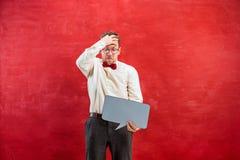 Νέο αστείο άτομο με το κενό κενό σημάδι Στοκ φωτογραφία με δικαίωμα ελεύθερης χρήσης