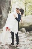 Νέο αστείο ευτυχές γαμήλιο ζεύγος υπαίθρια με ballons Στοκ εικόνα με δικαίωμα ελεύθερης χρήσης
