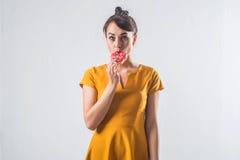 Νέο αστείο πρότυπο brunette με τα donuts που θέτουν το στούντιο που πυροβολείται υπόβαθρο, που δεν απομονώνεται στο άσπρο στοκ εικόνες
