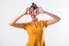 Νέο αστείο πρότυπο brunette με τα donuts που θέτουν το στούντιο που πυροβολείται στο άσπρο υπόβαθρο, όχι στοκ φωτογραφία με δικαίωμα ελεύθερης χρήσης