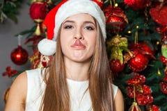 Νέο αστείο όμορφο πρότυπο μόδας με τα σκοτεινά μάτια, την καφετιά τρίχα και το καπέλο santa που γιορτάζουν το νέο έτος στο σπίτι  Στοκ εικόνα με δικαίωμα ελεύθερης χρήσης