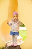 Νέο λατρευτό εύθυμο παιχνίδι μωρών στο πάρκο στοκ εικόνες