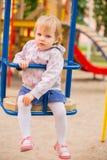 Νέο λατρευτό εύθυμο παιχνίδι μωρών στο πάρκο στοκ φωτογραφίες με δικαίωμα ελεύθερης χρήσης
