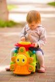 Νέο λατρευτό εύθυμο παιχνίδι μωρών στο πάρκο στοκ εικόνα με δικαίωμα ελεύθερης χρήσης