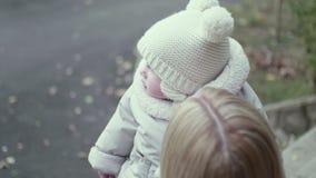 Νέο αυξανόμενο μωρό μητέρων επάνω φιλμ μικρού μήκους