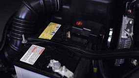 Νέο αυτοκίνητο μπαταριών κινηματογραφήσεων σε πρώτο πλάνο στο μηχανοστάσιο απόθεμα βίντεο