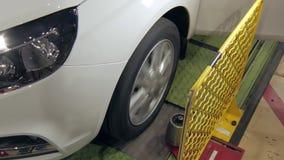 Νέο αυτοκίνητο στη δοκιμή, κινηματογράφηση σε πρώτο πλάνο της περιστρεφόμενης ρόδας σε μια κατασκευή αυτοκινήτων φιλμ μικρού μήκους
