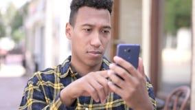 Νέο αφρικανικό άτομο που ανατρέπεται από την απώλεια στο smartphone φιλμ μικρού μήκους