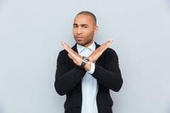 Νέο αφρικανικό άτομο που παρουσιάζει σημάδι στάσεων με το χέρι Στοκ φωτογραφία με δικαίωμα ελεύθερης χρήσης