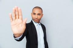 Νέο αφρικανικό άτομο που παρουσιάζει σημάδι στάσεων με το χέρι Στοκ εικόνες με δικαίωμα ελεύθερης χρήσης