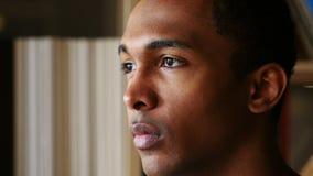 Νέο αφροαμερικανός πρόσωπο ατόμων, στενός επάνω πλάγιας όψης φιλμ μικρού μήκους