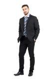 Νέο βέβαιο γενειοφόρο επιχειρησιακό άτομο στο κοστούμι που εξετάζει τη κάμερα Στοκ Εικόνες