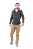 Νέο βέβαιο περιστασιακό άτομο που φορά το πουλόβερ φερμουάρ που περπατά προς τη κάμερα Στοκ φωτογραφία με δικαίωμα ελεύθερης χρήσης