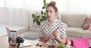 Νέο βίντεο καταγραφής εφήβων vlogger μιλώντας για το καλλυντικό προϊόν απόθεμα βίντεο