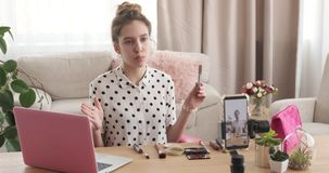 Νέο βίντεο καταγραφής ομορφιάς vlogger μιλώντας για το καλλυντικό προϊόν απόθεμα βίντεο