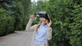 Νέο βίντεο προσοχής γυναικών από την κάσκα εικονικής πραγματικότητας απόθεμα βίντεο