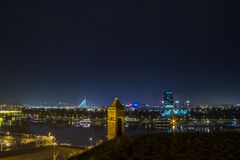 Νέο Βελιγράδι Novi Beograd που βλέπει τή νύχτα από το φρούριο Kalemegdan στοκ φωτογραφίες