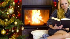 Νέο βιβλίο ανάγνωσης γυναικών στο χρόνο Χριστουγέννων απόθεμα βίντεο